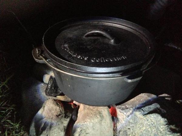 ダッチオーブン煮込み中